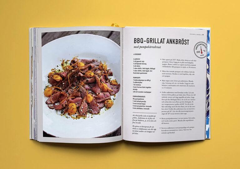 """Uppslag med recept på bbq-grillat ankbröst i boken """"Alla älskar grillat"""" av Christian Hellberg"""