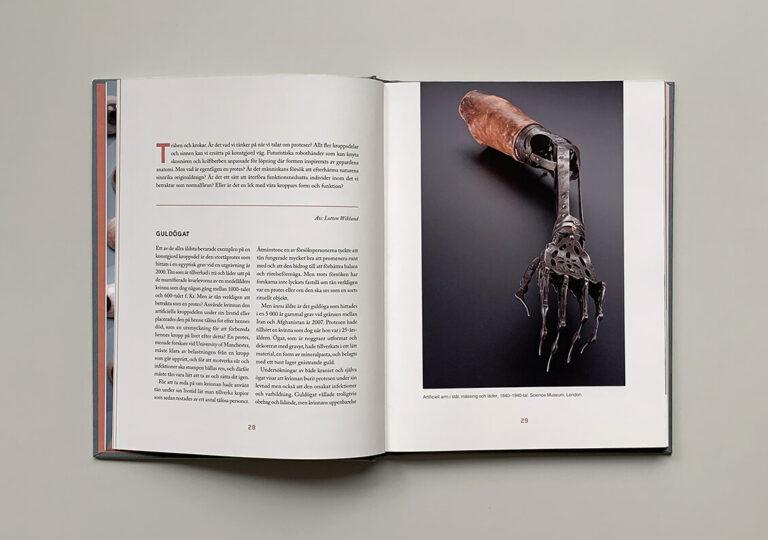 """Uppslag med bild på artificiell arm i boken """"Du sköna nya människa"""""""