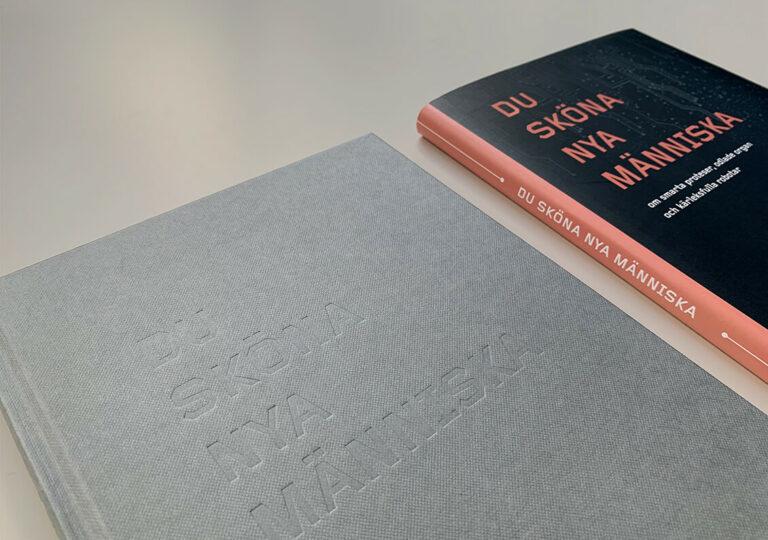 """Två framsidor (med och utan skyddsomslag) av boken """"Du sköna nya människa"""""""