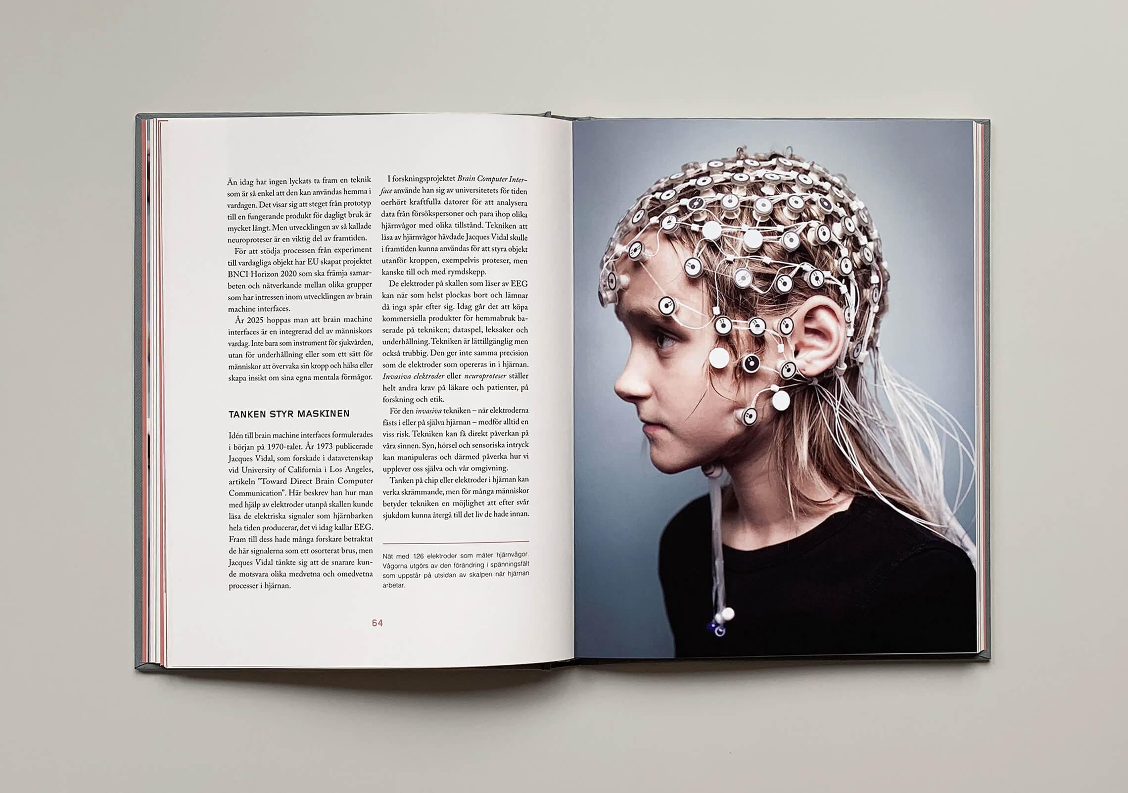 """Uppslag med bild på huvud med elektroder i boken """"Du sköna nya människa"""""""