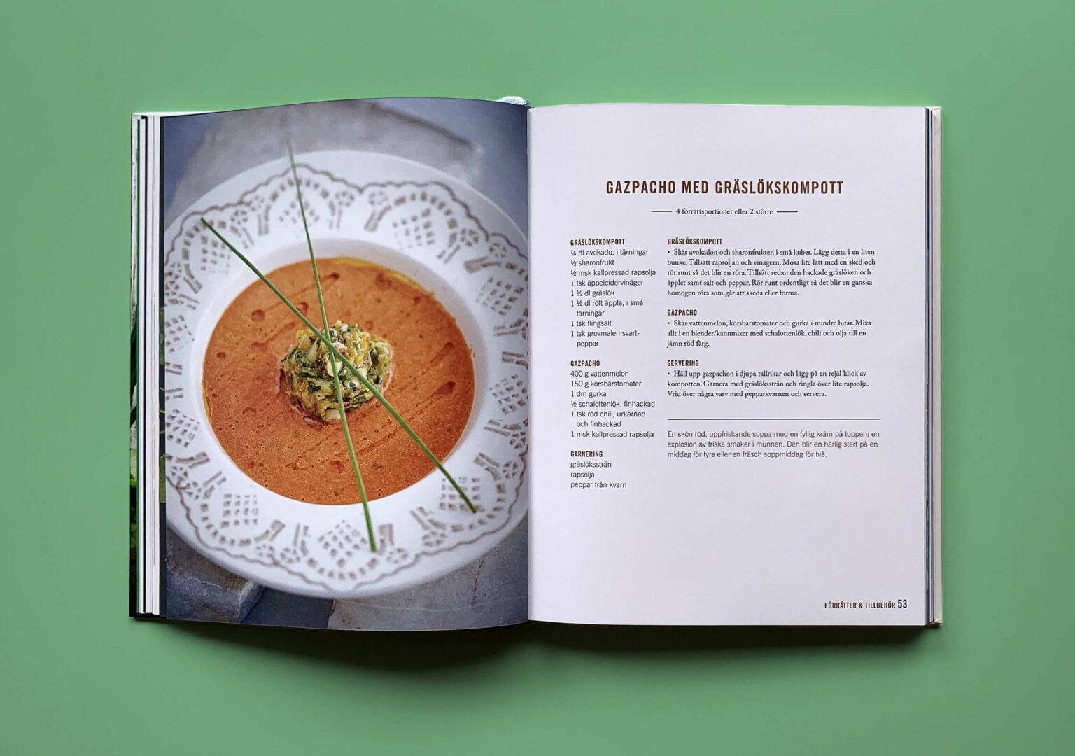 """Uppslag med recept på gazpacho i boken """"En grön kärleksaffär"""""""