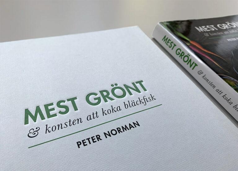 """Bokomslag (med och utan skyddsomslag) av """"Mest grönt och konsten att koka bläckfisk"""""""