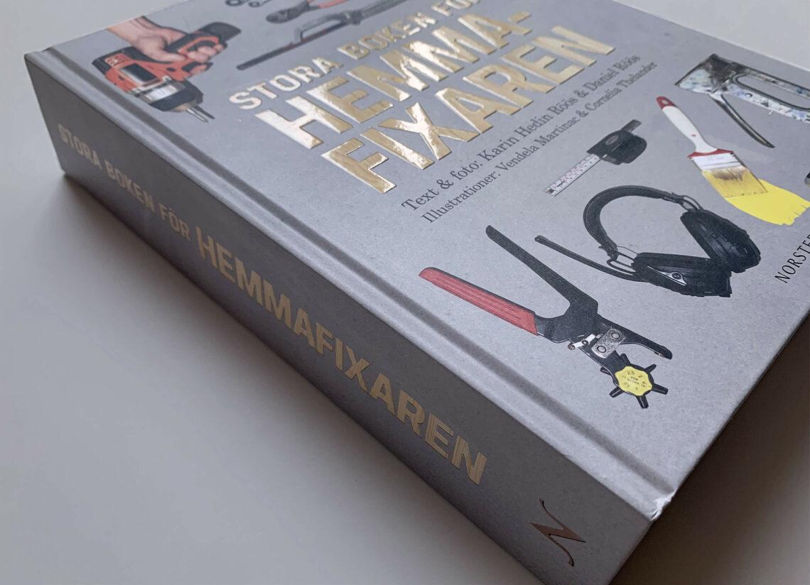"""Bokomslag (med rygg) till """"Stora boken för hemmafixaren"""""""