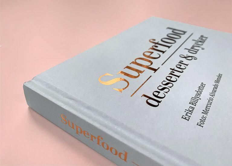 """Närbild på framsida med rygg av boken """"Superfood – desserter och drycker"""""""