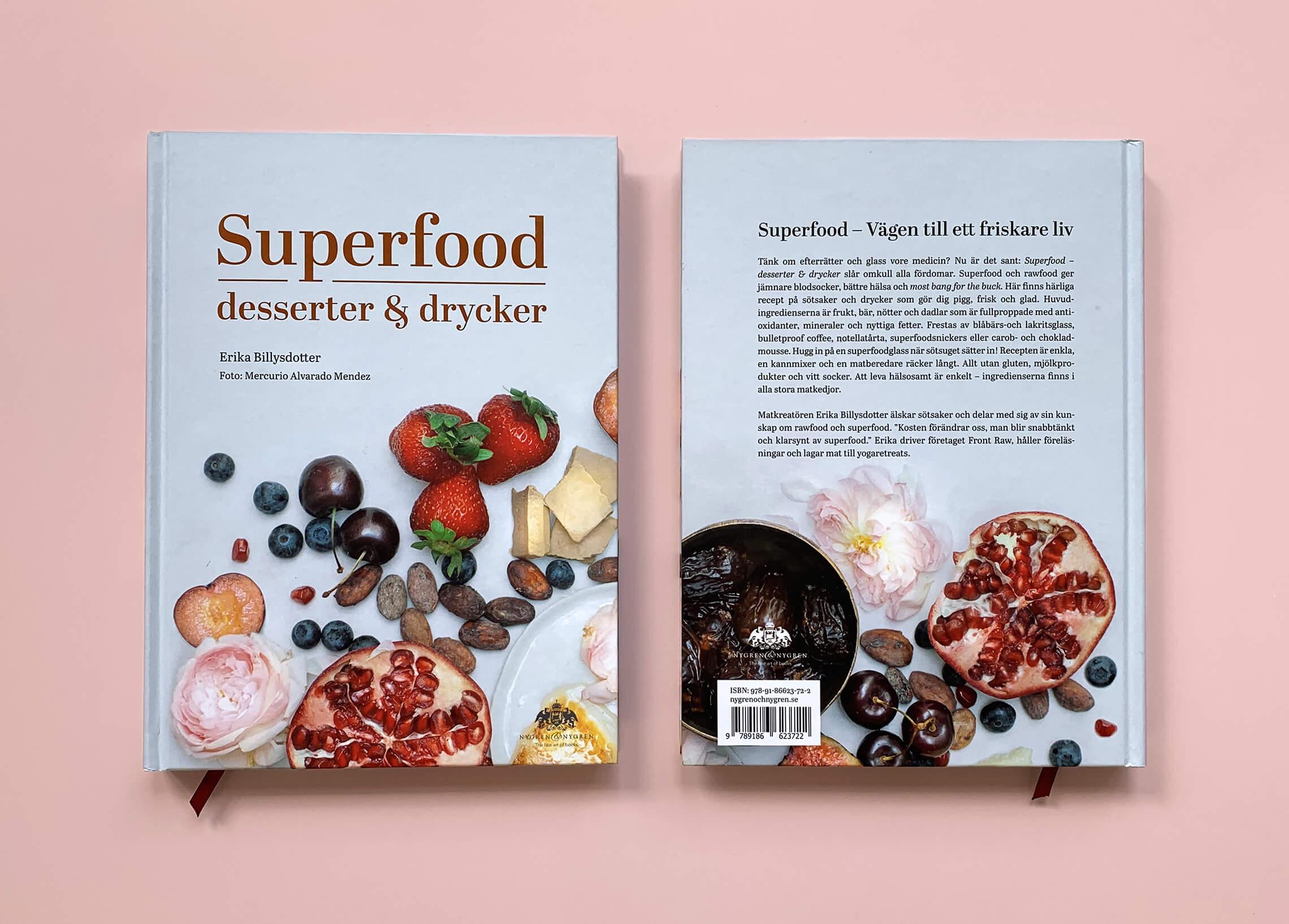 """Bokomslag (framsida och baksida) av """"Superfood – desserter och drycker"""""""