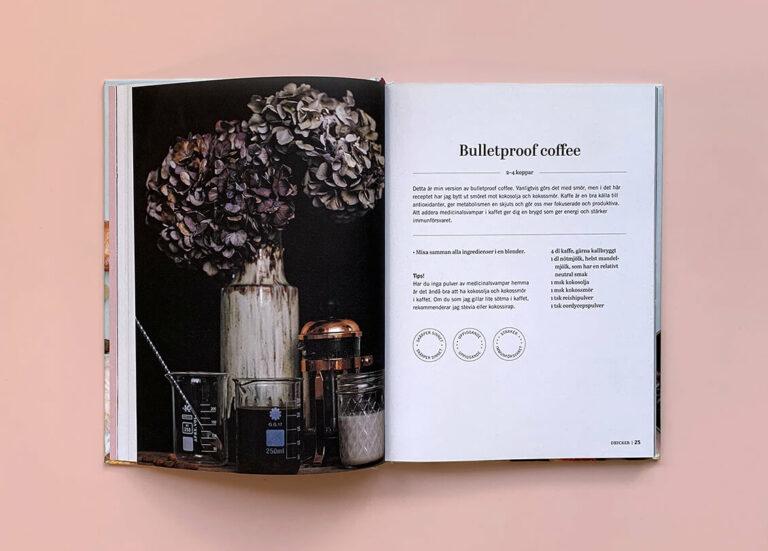 """Uppslag med recept på bulletproof coffee i boken """"Superfood – desserter och drycker"""""""