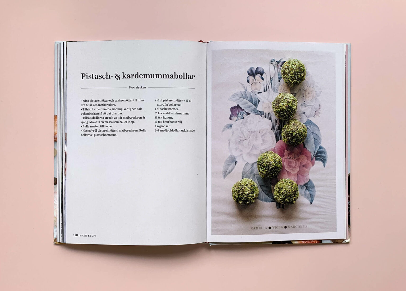 """Uppslag med recept på pistasch- och kardemummabollar i boken """"Superfood – desserter och drycker"""""""